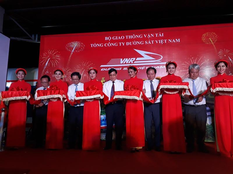 Thứ trưởng Nguyễn Ngọc Đông, Chủ tịch HĐTV Vũ Anh minh, TGĐ Vũ Tá Tùng... cùng tham dự Lễ cắt băng khai trương